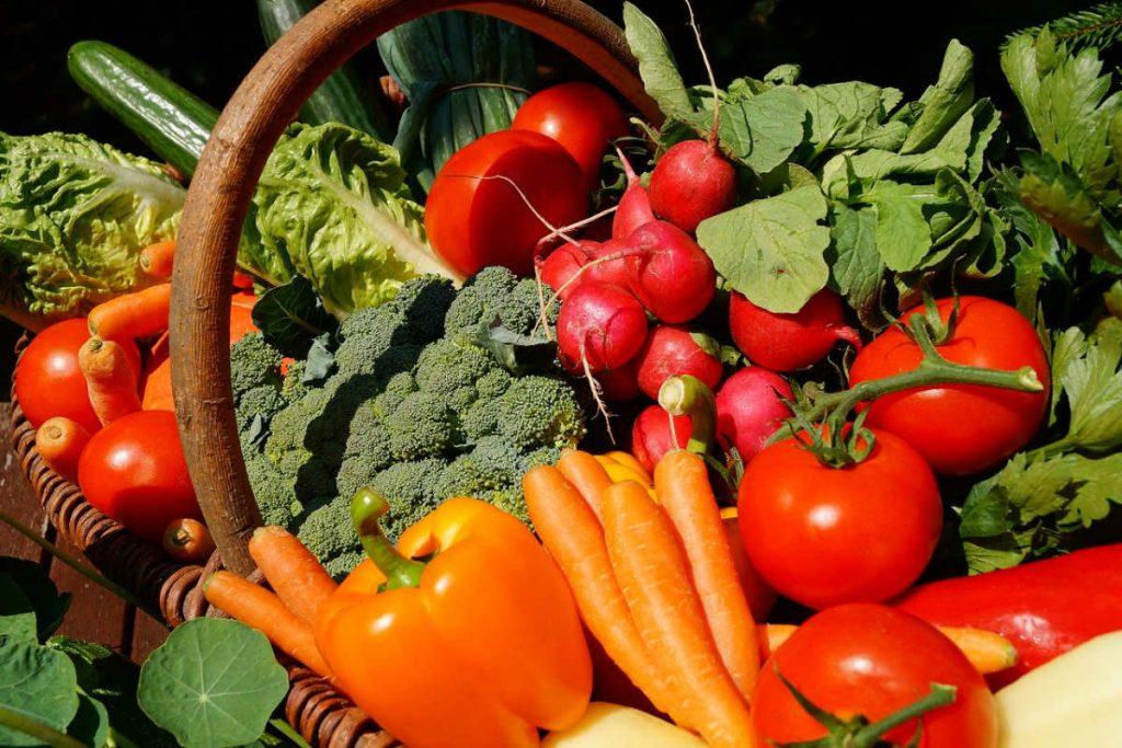 Paprika, Karotten und anderes Gemüse in einem Einkaufskorb